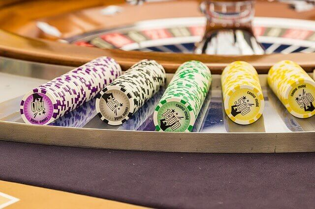 fichas de dinero en la ruleta